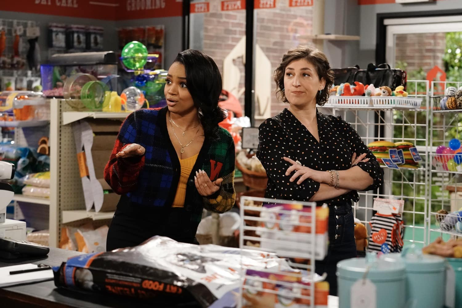 """CALL ME KAT Season 1 Episode 11 :  L-R: Kyla Pratt and Mayim Bialik in the """"Moving In"""" episode of CALL ME KAT airing Thursday, March 11 (9:00-9:30 PM ET/PT) on FOX. ©2021 FOX MEDIA LLC. Cr. Cr: Lisa Rose/FOX."""