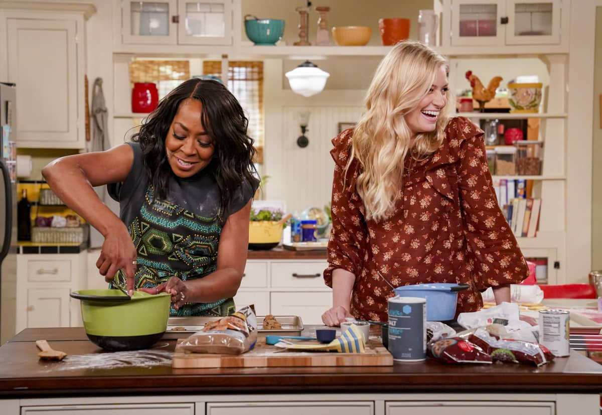 """The Neighborhood Season 3 Episode 12 """"Welcome to the Treehouse"""" - Pictured: Tichina Arnold (Tina Butler) and Beth Behrs (Gemma Johnson)."""