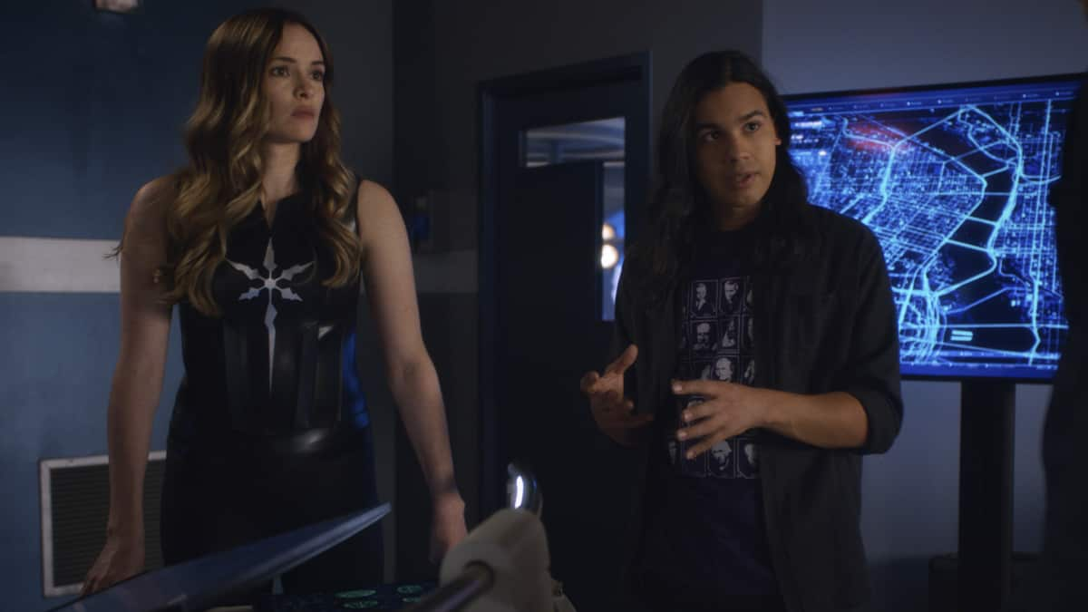 """The Flash Season 7 Episode 3 -- """"Mother"""" -- Image Number: FLA703fg_0001r.jpg -- Pictured (L-R):  Danielle Panabaker as Caitlin Snow and Carlos Valdes as Cisco Ramon -- Photo: The CW -- © 2021 The CW Network, LLC. All rights reserved"""