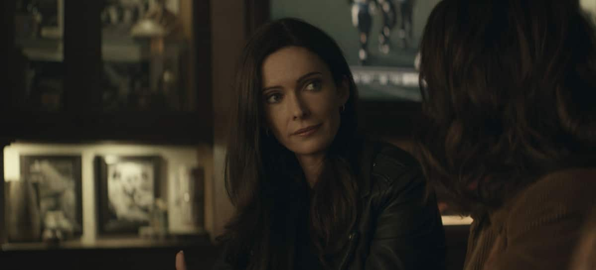 """Superman And Lois Season 1 Episode 4 -- """"Haywire"""" -- Image Number: SML104fg_0022r.jpg -- Pictured (L-R): Bitsie Tulloch as Lois Lane and Emmanuelle Chriqui as Lana Lang Cushing -- Photo: The CW -- © 2021 The CW Network, LLC. All Rights Reserved."""