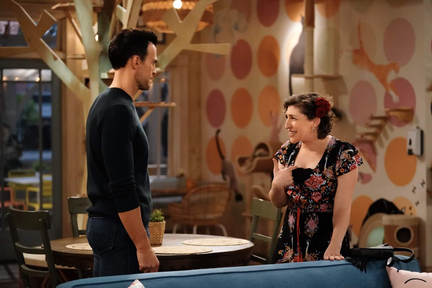 """CALL ME KAT: L-R: Cheyenne Jackson and Mayim Bialik in the """"Salsa"""" episode of CALL ME KAT airing Thursday, March 18 (9:00-9:30 PM ET/PT) on FOX. ©2021 FOX MEDIA LLC. Cr. Cr: Lisa Rose/FOX."""
