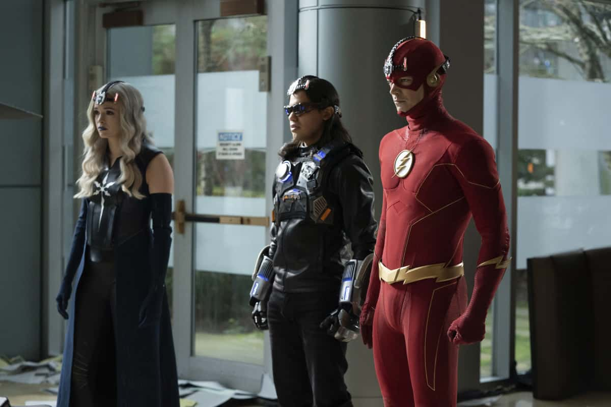 """The Flash Season 7 Episode 5 -- """"Fear Me"""" -- Image Number: FLA705b_0093r.jpg -- Pictured (L-R): Danielle Panabaker as Caitlin Snow, Carlos Valdes as Mecha Vibe and Grant Gustin as The Flash -- Photo: Katie Yu/The CW -- © 2021 The CW Network, LLC. All rights reserved"""