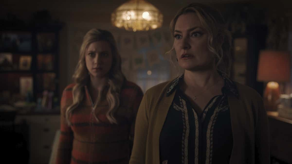 """Riverdale Season 5 Episode 10 -- """"Chapter Eighty-Six: The Pincushion Man"""" -- Image Number: RVD510fg_0073r -- Pictured (L-R): Mӓdchen Amick as Alice Cooper and Lili Reinhart as Betty Cooper -- Photo: The CW -- © 2021 The CW Network, LLC. All Rights Reserved."""