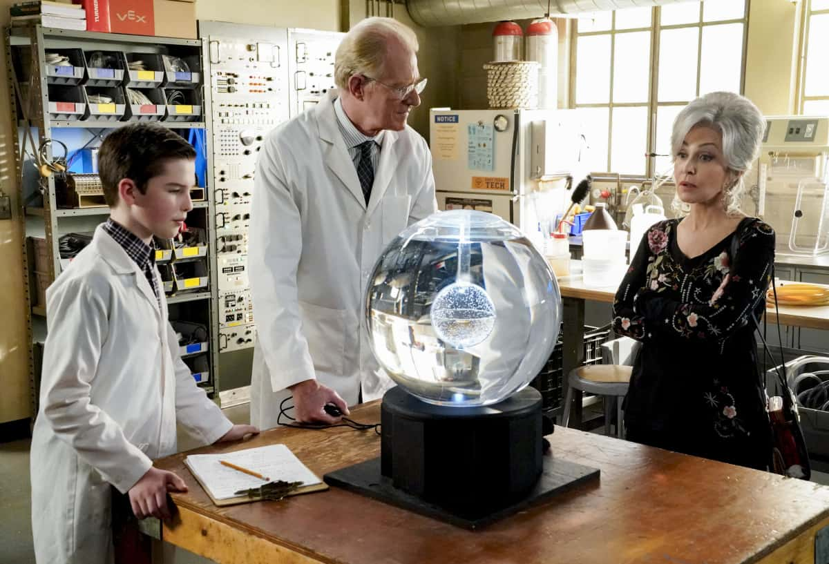 """Young Sheldon Season 4 Episode 12 """"A Box of Treasure and the Meemaw of Science"""" - Pictured: Sheldon, Dr. Linkletter and Meemaw team up on a science experiment.  Also, Mary is jealous that Pastor Jeff and Brenda are spending time together and Georgie has a new side hustle, on Thursday, April 1 (8:00-8:31 PM, ET/PT) on the CBS Television Network. Photo: Robert Voets/©2021 Warner Bros. Entertainment Inc. All Rights Reserved."""
