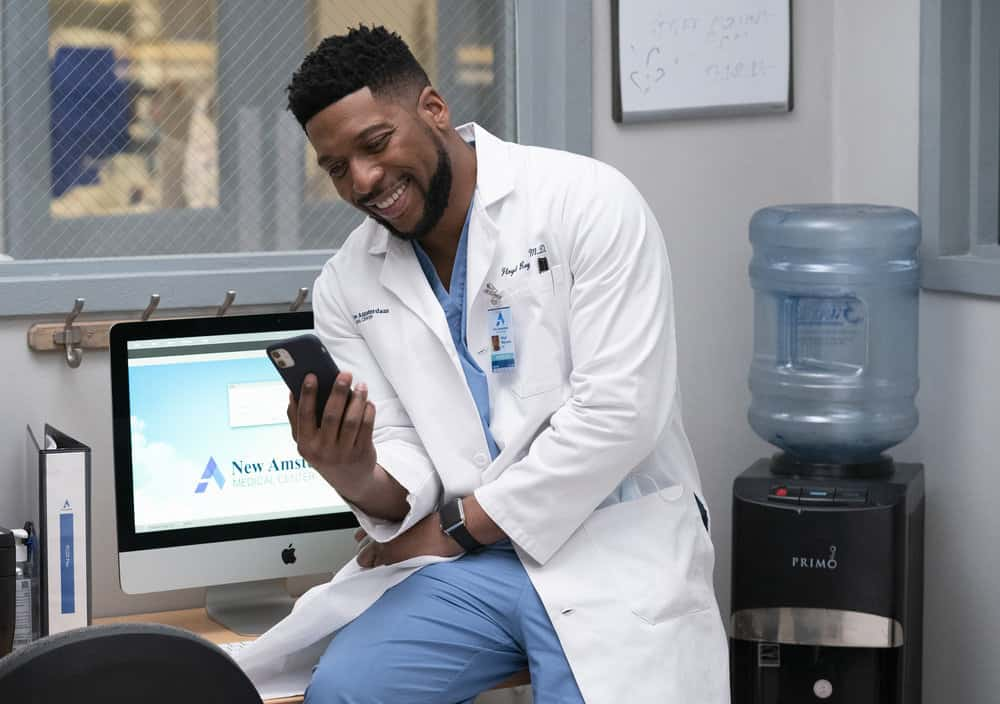 """NEW AMSTERDAM Season 3 Episode 7 -- """"The Legend of Howie Cournemeyer"""" Episode 307 -- Pictured: Jocko Sims as Dr. Floyd Reynolds -- (Photo by: Virginia Sherwood/NBC)"""