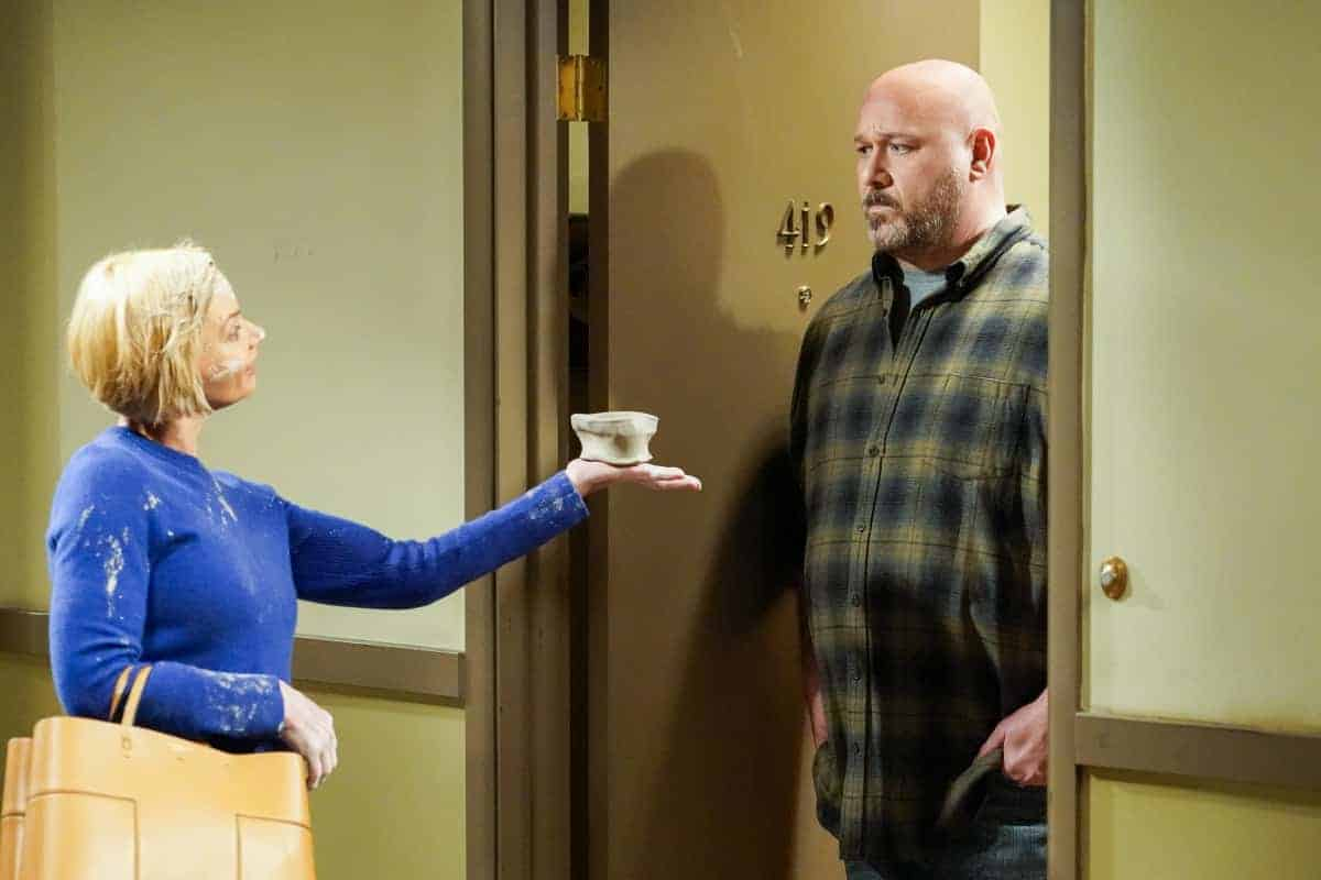 """Mom Season 8 Episode 14 """"Endorphins and a Toasty Tushy"""" – Bonnie struggles with her own self-worth after Tammy finds success. Also, Jill's new hobby leads to an unexpected revelation, on MOM, Thursday, April 15 (9:01-9:30 PM, ET/PT) on the CBS Television Network. Pictured (L-R): Jaime Pressly as Jill and Will Sasso as Andy Photo: Robert Voets/©2021 Warner Bros. Entertainment Inc. All Rights Reserved."""