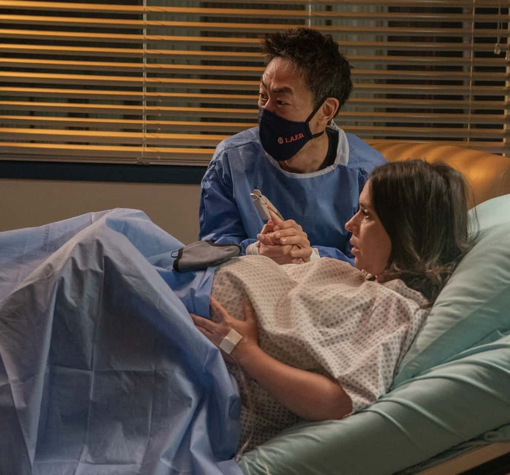 """9-1-1 Season 4 Episode 9 : L-R: Kenneth Choi and Jennifer Love Hewitt in the """"Breaking Point"""" episode of 9-1-1 airing Monday, April 19 (8:00-9:00 PM ET/PT) on FOX. CR: FOX. © 2021 FOX Media LLC."""