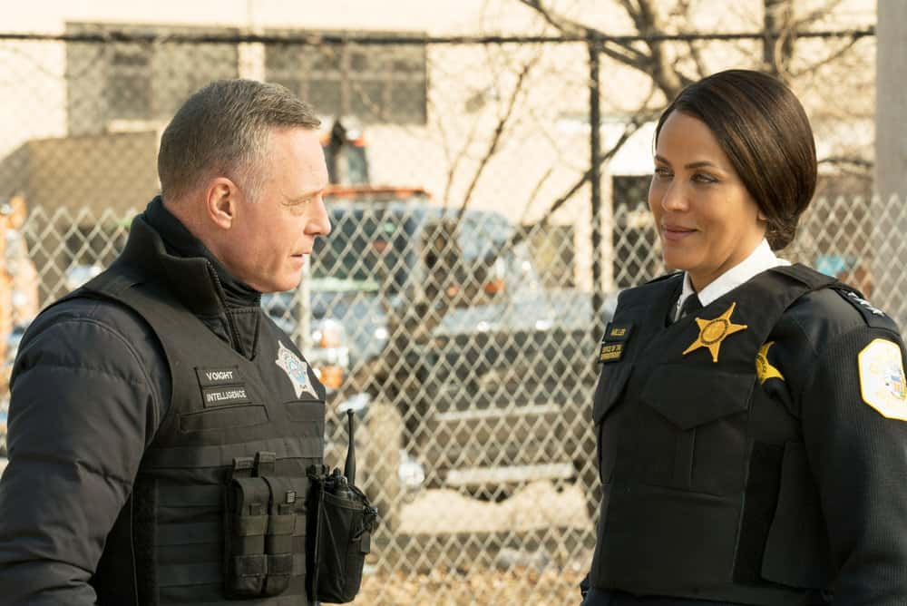 "CHICAGO PD Season 8 Episode 12 -- ""Due Process"" Episode 812 -- Pictured: (l-r) Jason Beghe as Hank Voight, Nicole Ari Parker as Samantha Miller -- (Photo by: Lori Allen/NBC)"
