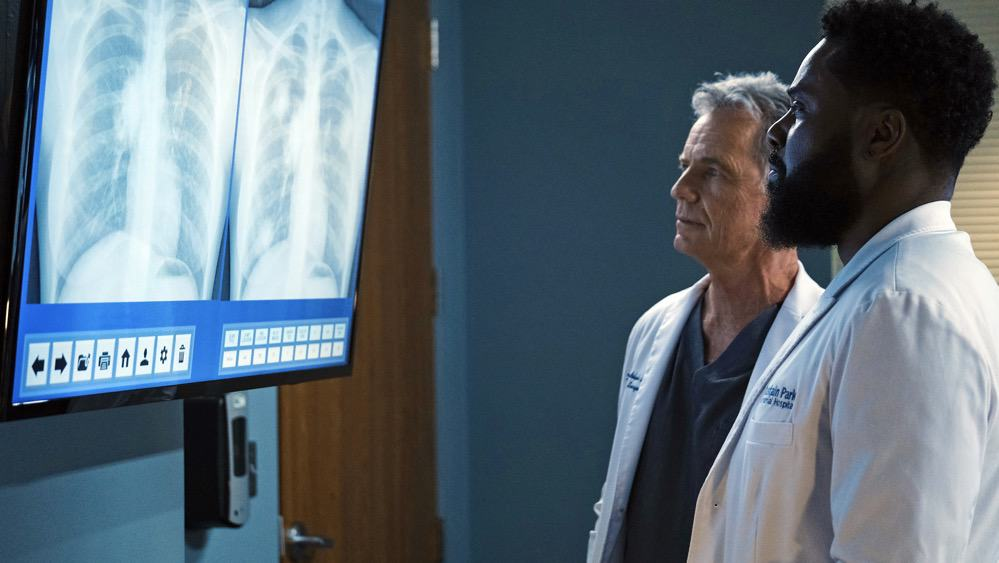 """THE RESIDENT Season 4 Episode 12 : L-R: Bruce Greenwood and Malcolm-Jamal Warner in the """"Hope in the Unseen"""" episode of THE RESIDENT airing Tuesday, May 4 (8:00-9:01 PM ET/PT) on FOX. ©2021 Fox Media LLC Cr: Guy D'Alema/FOX"""