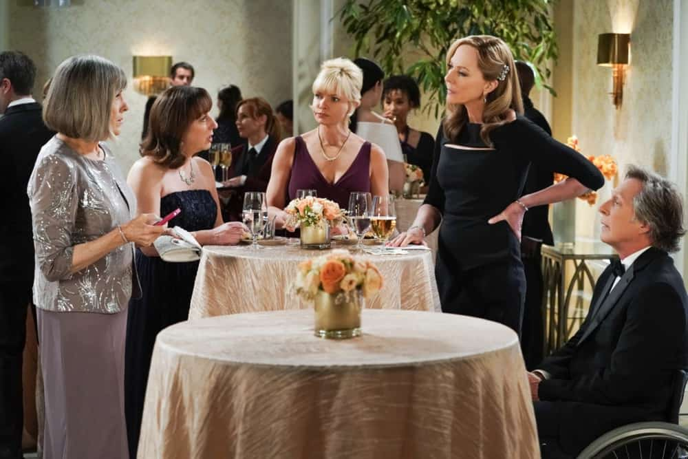 """MOM Season 8 Episode 17 """"A Community Hero and a Wide Turn"""" – The women attend a gala honoring Marjorie, but Bonnie's speech doesn't go as planned, on MOM, Thursday, May 6 (9:01-9:30 PM, ET/PT) on the CBS Television Network. Pictured (L-R): Mimi Kennedy as Marjorie, Beth Hall as Wendy, Jaime Pressly as Jill, Allison Janney as Bonnie, and William Fichtner as Adam Photo: Michael Yarish/CBS ©2021 CBS Broadcasting, Inc. All Rights Reserved."""