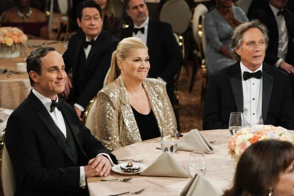 """MOM Season 8 Episode 17 """"A Community Hero and a Wide Turn"""" – The women attend a gala honoring Marjorie, but Bonnie's speech doesn't go as planned, on MOM, Thursday, May 6 (9:01-9:30 PM, ET/PT) on the CBS Television Network. Pictured (L-R): Wallace Langham as Jerry, Kristen Johnston as Tammy, and William Fichtner as Adam Photo: Michael Yarish/CBS ©2021 CBS Broadcasting, Inc. All Rights Reserved."""