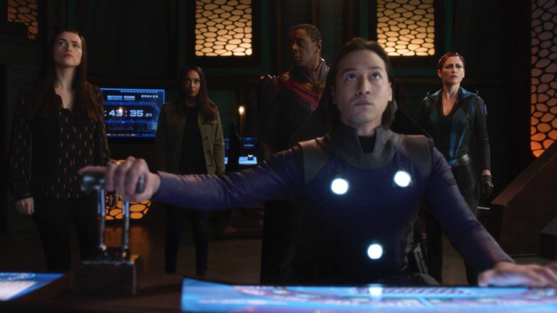 """SUPERGIRL Season 6 Episode 7 -- """"Fear Knot"""" -- Image Number: SPG607fg_0066r.jpg -- Pictured (L-R): Katie McGrath as Lena Luther, Azie Tesfai as Kelly Olsen, David Harewood as J'onn Jonzz, Jesse Rath as Brainiac-5 and Chyler Leigh as Alex Danvers— Photo: The CW -- © 2021 The CW Network, LLC. All Rights Reserved."""