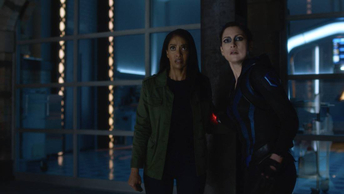 """SUPERGIRL Season 6 Episode 7 -- """"Fear Knot"""" -- Image Number: SPG607fg_0049r.jpg -- Pictured (L-R): Azie Tesfai as Kelly Olsen and Chyler Leigh as Alex Danvers— Photo: The CW -- © 2021 The CW Network, LLC. All Rights Reserved."""