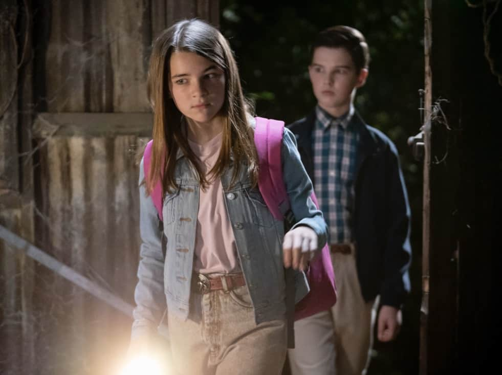 """YOUNG SHELDON Season 4 Episode 18 """"The Wild and Woolly World of Nonlinear Dynamics"""" – Pictured: Missy (Raegan Revord) and Sheldon (Iain Armitage). Missy's first heartbreak triggers a series of events that lead the Cooper family to the brink, on the fourth season finale of YOUNG SHELDON, Thursday, May 13 (8:00-8:31 PM, ET/PT) on the CBS Television Network. Photo Credit: Michael Yarish/©2021 Warner Bros. Entertainment Inc. All Rights Reserved."""