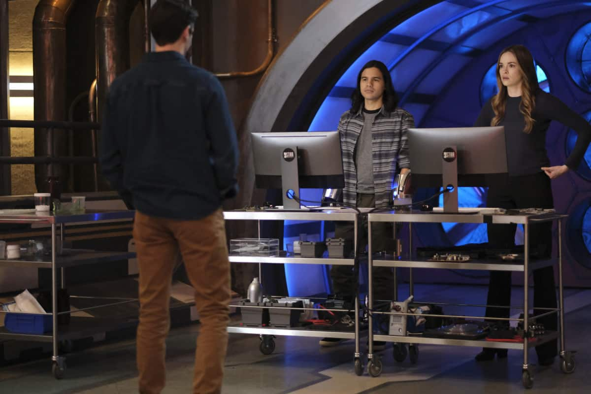"""THE FLASH Season 7 Episode 10 -- """"Family Matters, Part 1"""" -- Image Number: FLA710a_0153r.jpg -- Pictured (L-R): Grant Gustin as Barry Allen, Carlos Valdes as Cisco Ramon and Danielle Panabaker as Caitlin Snow  -- Photo: Bettina Strauss/The CW -- © 2021 The CW Network, LLC. All Rights Reserved.Photo Credit: Bettina Strauss"""