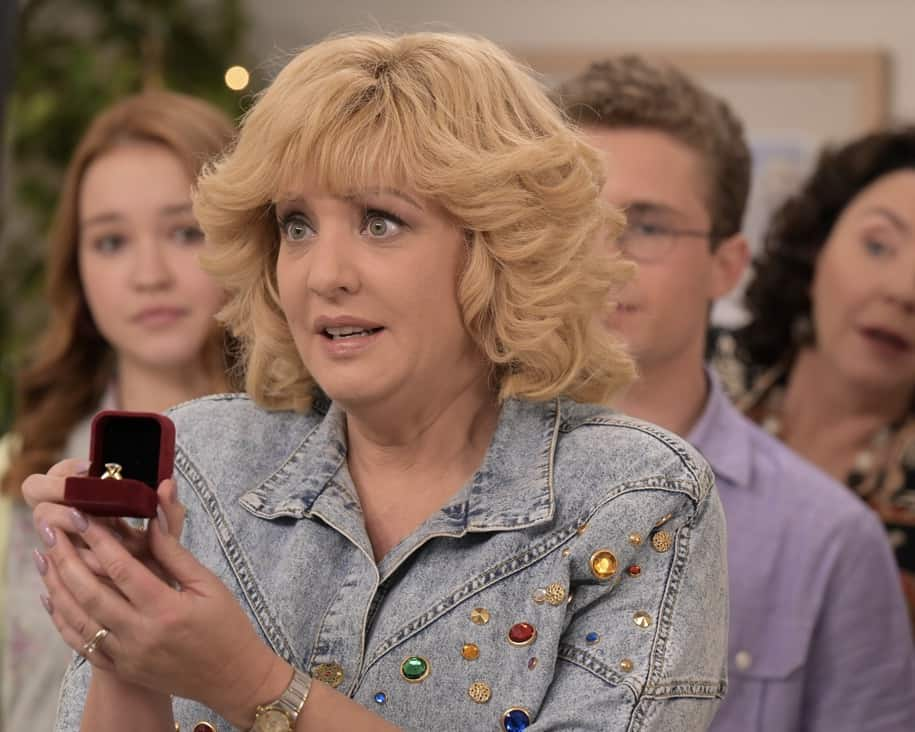 """THE GOLDBERGS Season 8 Episode 22 - """"The Proposal"""" – Geoff shares with the JTP that he is planning on asking Erica to marry him and gives them the engagement ring for safekeeping. Like any good romantic comedy, several miscommunications and misunderstandings between Geoff and Erica's friends and family result in a potential derailing of the proposal, forcing Adam to step in to keep the couple's special moment alive on the season finale of """"The Goldbergs,"""" WEDNESDAY, MAY 19 (8:00-8:30 p.m. EDT), on ABC. (ABC/Temma Hankin) WENDI MCLENDON-COVEY"""