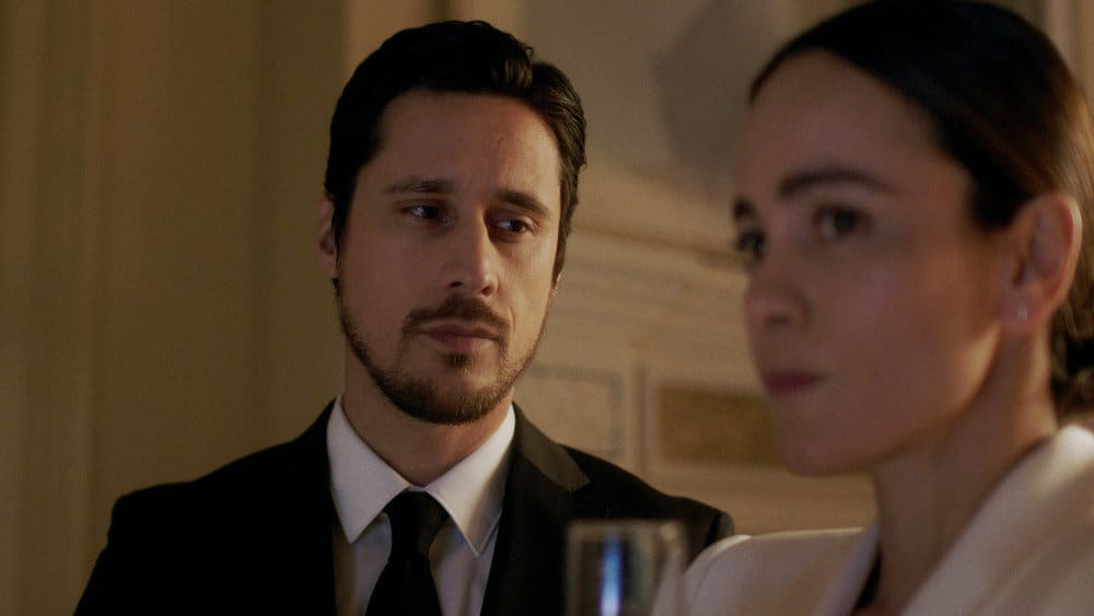 """QUEEN OF THE SOUTH Season 5 Episode 7 -- """"The Fox in the Hen House"""" Episode 507 -- Pictured in this screengrab: (l-r) Peter Gadiot as James Valdez, Alice Braga as Teresa Mendoza -- (Photo by: USA Network)"""
