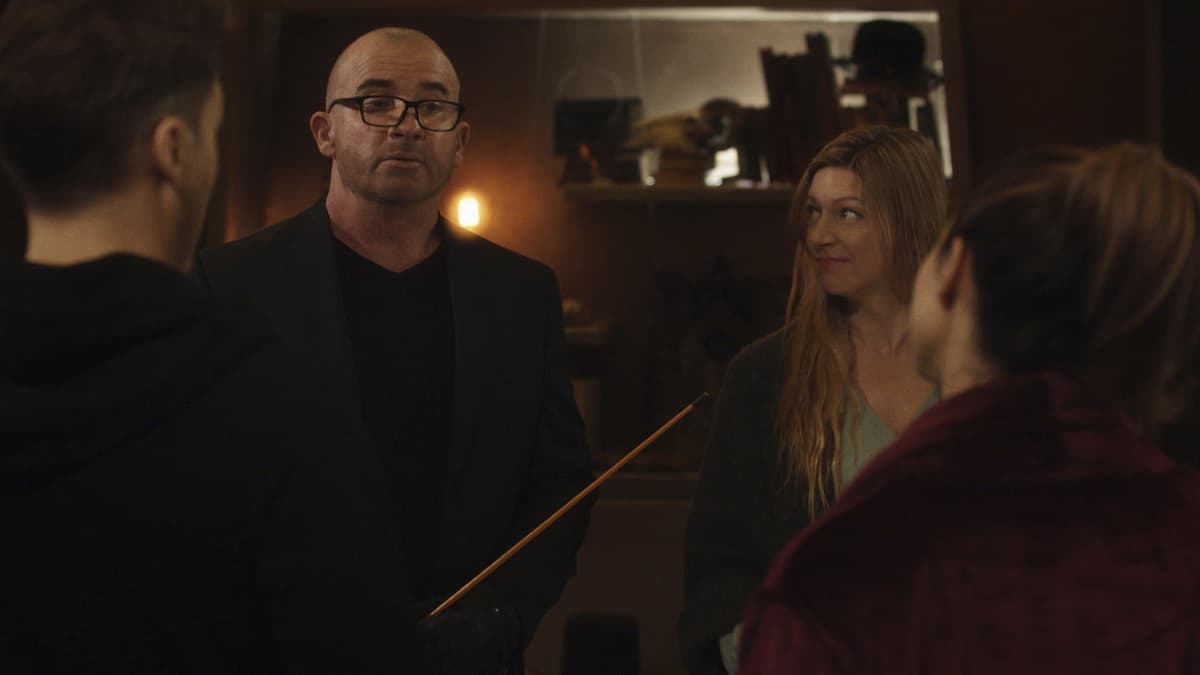 """LEGENDS OF TOMORROW Season 6 Episode 4 -- """"Bay of Squids"""" -- Image Number: LGN604fg_0008r.jpg -- Pictured (L-R): Dominic Purcell as Mick Rory/Heat Wave and Jes Macallan as Ava  -- Photo: The CW -- © 2021 The CW Network, LLC. All Rights Reserved."""