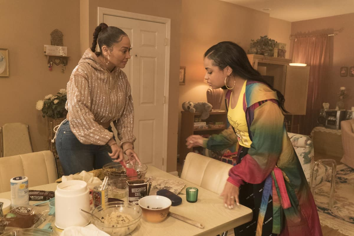 """THE CHI Season 4 Episode 1 (L-R): Lala Anthony as Dom and Hannaha Hall as Tiffany in THE CHI, """"Soul Food"""".  Photo credit: Elizabeth Sisson/SHOWTIME."""
