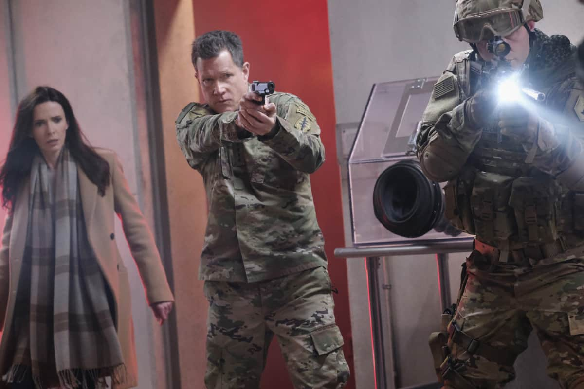 """SUPERMAN AND LOIS Season 1 Episode 8-- """"Holding The Wrench"""" -- Image Number: SML108fg_0127r.jpg -- Pictured (L-R): Bitsie Tulloch as Lois and Dylan Walsh as General Lane -- Photo: The CW -- © 2021 The CW Network, LLC. All Rights Reserved.Photo Credit: Bettina Strauss"""