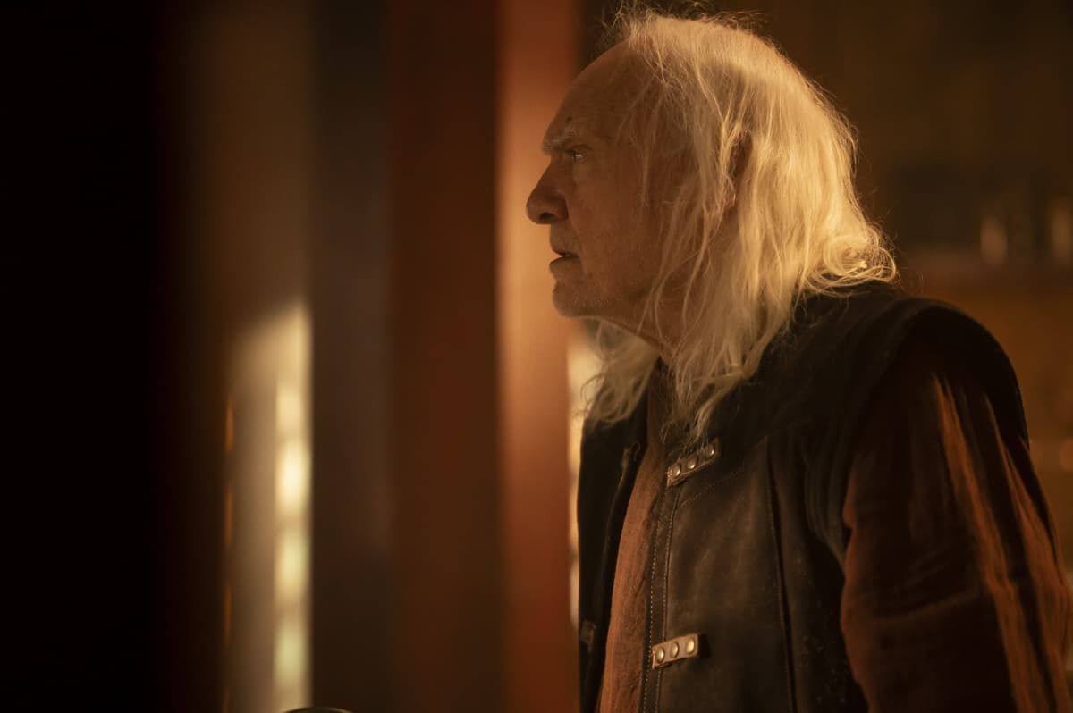 """CHARMED Season 3 Episode 14 -- """"Perfecti is the Enemy of the Good"""" -- Image Number: CMD314a_0099r -- Pictured: Kenneth Welsh as Fenric, The Vile -- Photo: Kailey Schwerman/The CW -- © 2021 The CW Network, LLC. All Rights Reserved."""