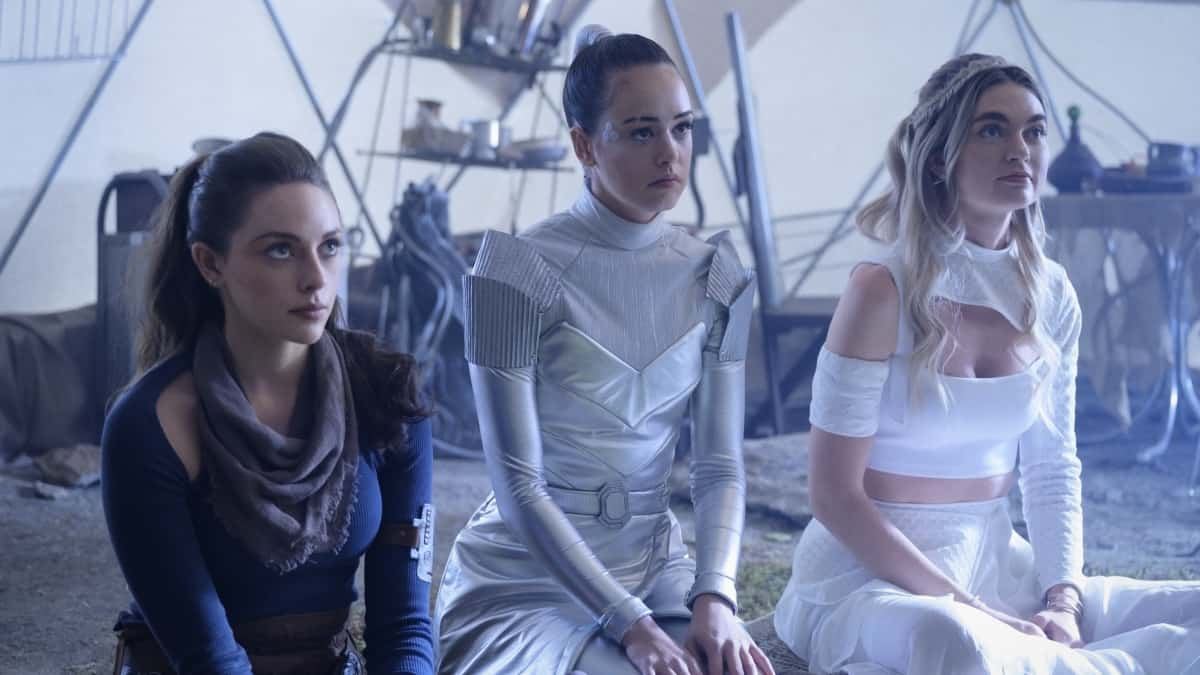 """LEGACIES Season 3 Episode 15 -- """"A New Hope"""" -- Image Number: LGC315a_0284r -- Pictured (L-R): Jenny Boyd as Lizzie Saltzman, Kaylee Bryant as Josie Saltzman and Jenny Boyd as Lizzie Saltzman  -- Photo: Boris Martin/The CW -- © 2021 The CW Network, LLC. All Rights Reserved."""