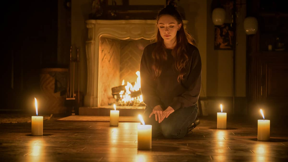 """LEGACIES Season 3 Episode 16 -- """"Fate's a Bitch, Isn't It?"""" -- Image Number: LGC316b_0050r -- Pictured: Danielle Rose Russell as Hope Mikaelson -- Photo: Boris Martin/The CW -- © 2021 The CW Network, LLC. All Rights Reserved."""