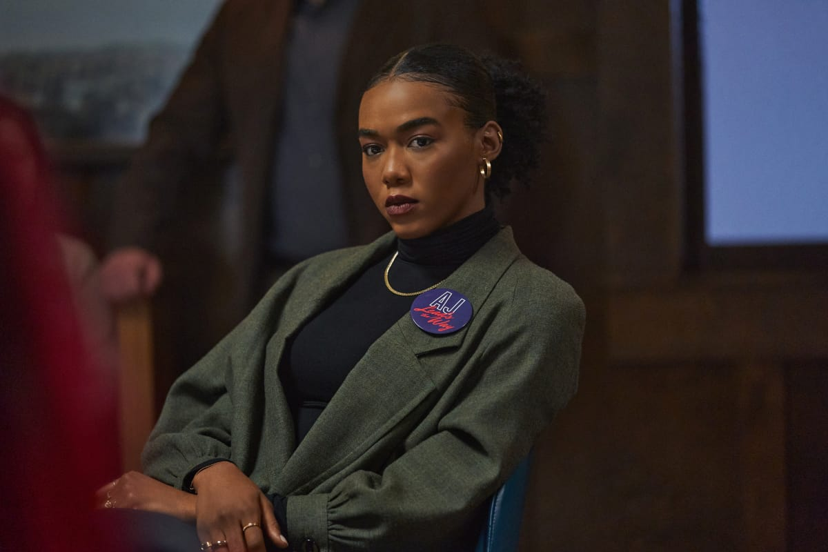"""THE REPUBLIC OF SARAH Season 1 Episode 6 -- """"A Show of Hands"""" -- Image Number: REP106a_0373r -- Pictured: Nia Holloway as Amy """"AJ"""" Johnson -- Photo: Philippe Bosse/The CW -- © 2021 The CW Network, LLC. All Rights Reserved."""