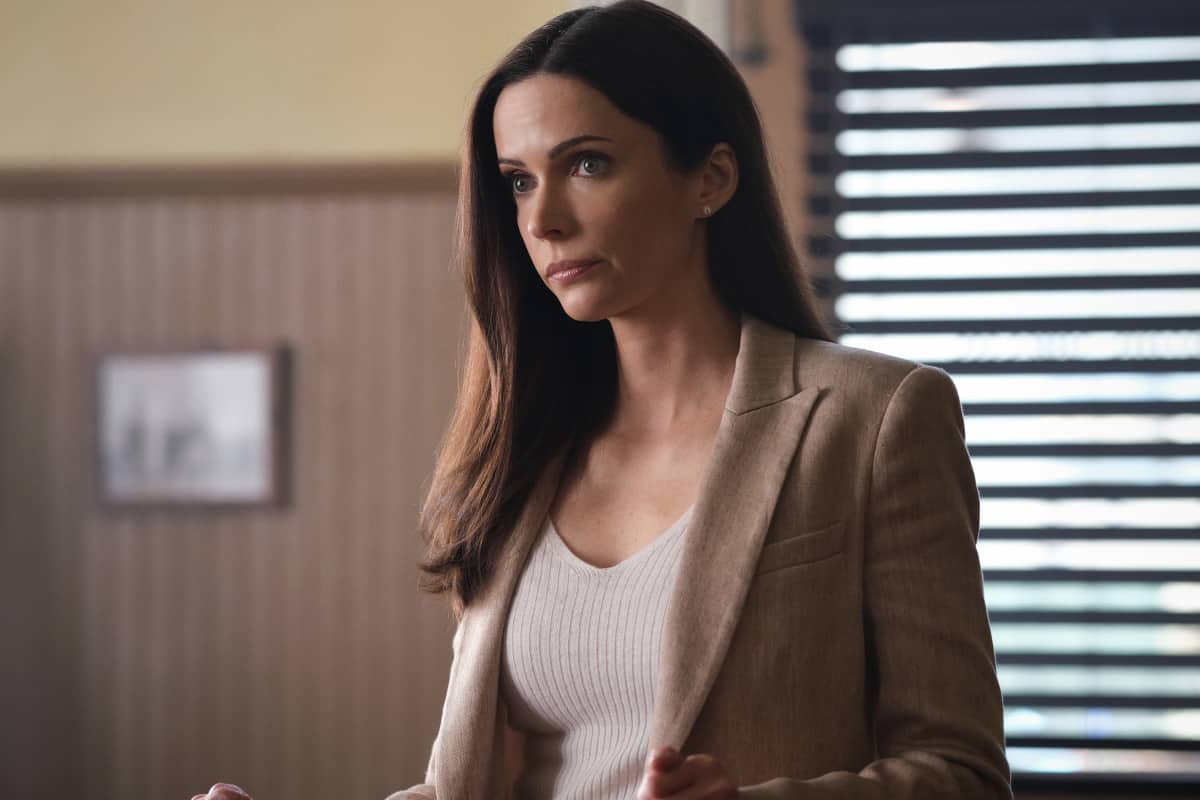 """SUPERMAN AND LOIS Season 1 Episode 13 -- """"Fail Safe"""" -- Image Number: SML113a_0069r.jpg -- Pictured: Bitsie Tulloch as Lois Lane  -- Photo: Bettina Strauss/The CW -- © 2021 The CW Network, LLC. All Rights Reserved"""