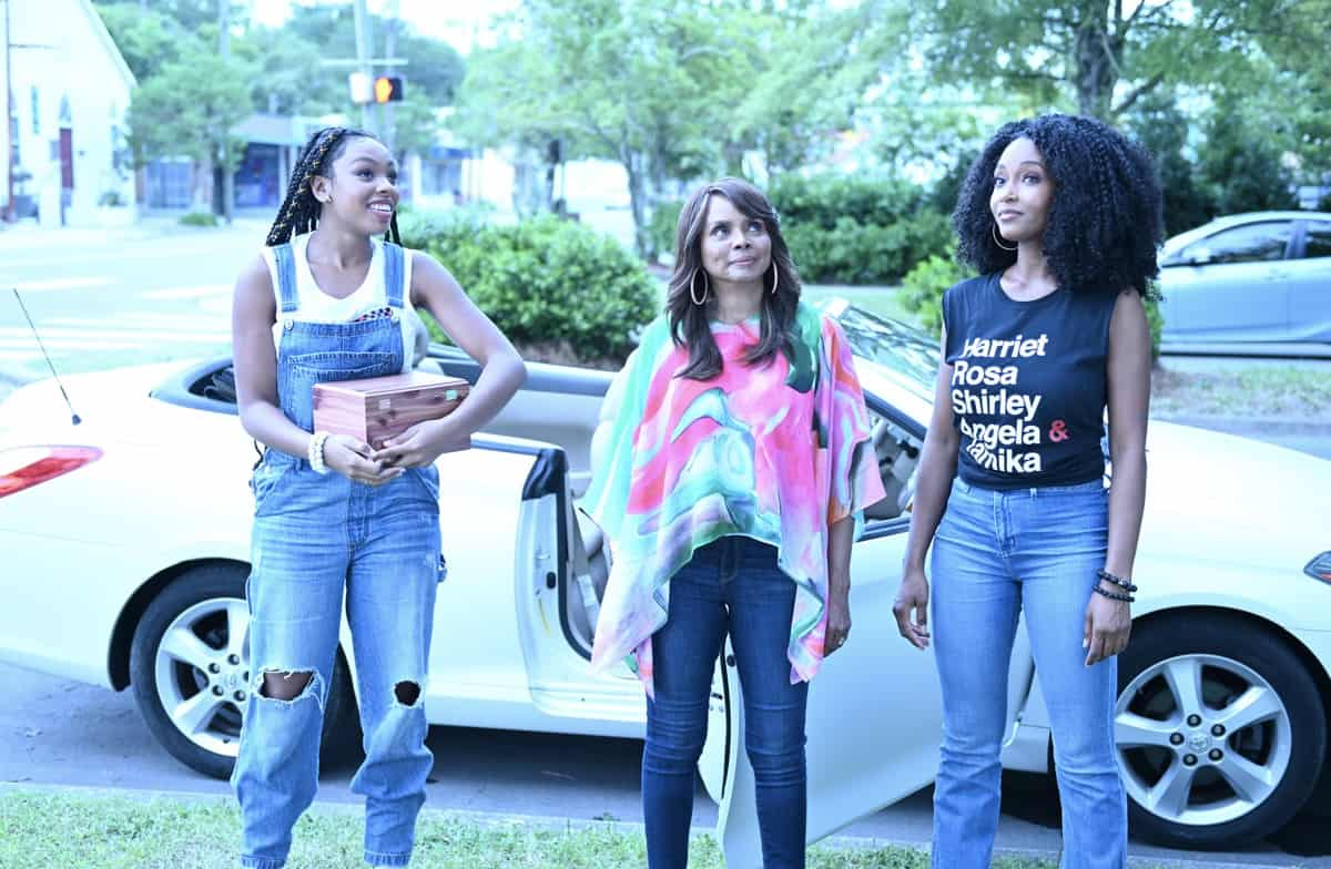 OUR KIND OF PEOPLE Season 1 Episode 1:  L-R:  Alana Bright, guest star Debbi Morgan and Yaya DaCosta in OUR KIND OF PEOPLE premiering Tuesday, Sept. 21 (9:00-10:00 PM ET/PT) on FOX. ©2021 FOX MEDIA LLC. Cr: Brownie Harris/FOX.