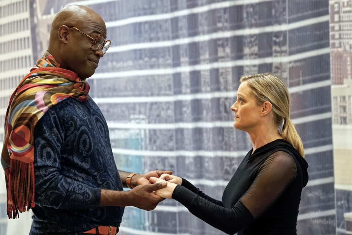 """THE BIG LEAP Season 1 Episode 2: L-R: Kevin Daniels and Teri Polo in the """"Classic Tragic Love Triangle"""" episode of THE BIG LEAP airing Monday, Sept. 27 (9:00-10:00PM ET/PT) on FOX. © 2021 FOX Media LLC. CR: Jean Whiteside/FOX."""