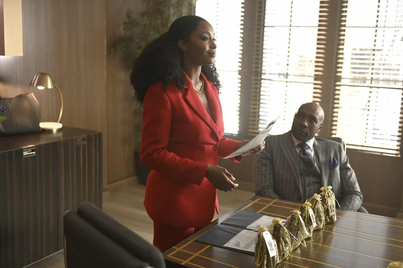 """OUR KIND OF PEOPLE Season 1 Episode 3 L-R: Yaya DaCosta and Morris Chestnut in the """"Hot Links & Red Drinks"""" episode of OUR KIND OF PEOPLE airing Tuesday, Oct. 5 (9:00-10:00 PM ET/PT) on FOX. ©2021 FOX MEDIA LLC. Cr: Brownie Harris/FOX."""