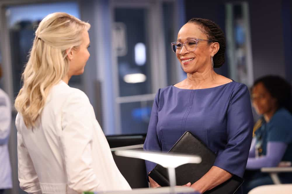 """CHICAGO MED Season 7 Episode 3 -- """"Be The Change You Want To See"""" Episode 703 -- Pictured: (l-r) Kristin Hager as Dr. Stevie Hammer, S. Epatha Merkerson as Sharon Goodwin -- (Photo by: George Burns Jr/NBC)"""