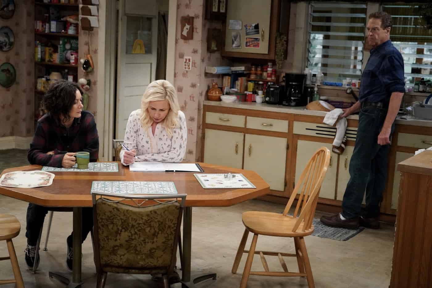 """THE CONNERS Season 4 Episode 3-""""Sober Sex, Plastic Silverware, and Losing My Religion"""" – Part of Becky's recovery program mandates she make amends with people she has lied to over the years, leading her to meet up again with former high school friend Mikey to apologize for lying to him about her living a successful life. Meanwhile, Darlene visits with Pastor Phil (Jason Alexander), and Louise continues planning her wedding on """"The Conners,"""" WEDNESDAY, OCT. 6 (9:00-9:30 p.m. EDT), on ABC. (ABC/Eric McCandless) SARA GILBERT, LECY GORANSON"""
