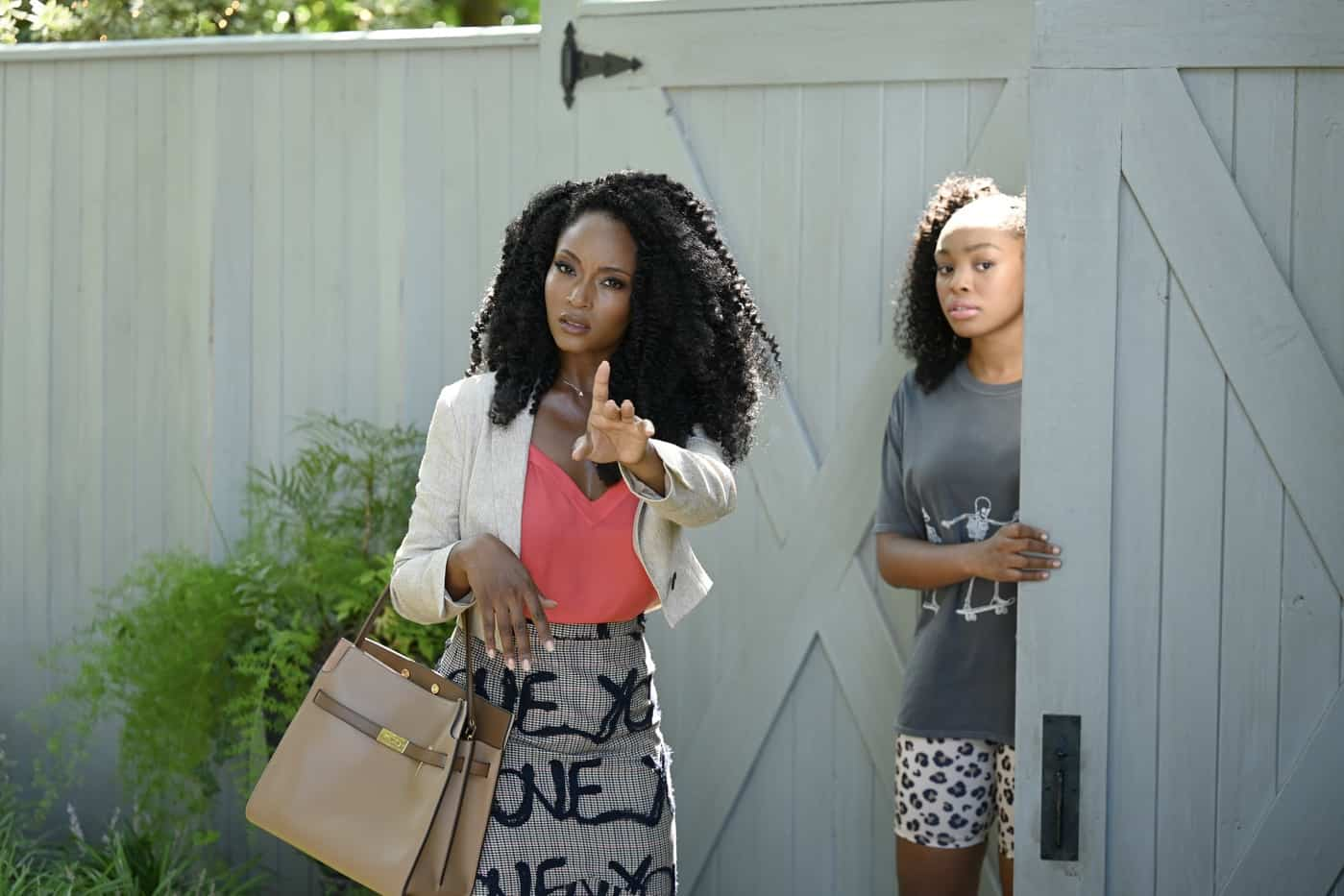OUR KIND OF PEOPLE Season 1 Episode 4:  L-R: Yaya DaCosta and Alana Bright in the ìCrabs in a Gold-Plated Barrelì episode of OUR KIND OF PEOPLE airing Tuesday, Oct. 12 (9:00-10:00 PM ET/PT) on FOX. ©2021 FOX MEDIA LLC. Cr: Brownie Harris/FOX.